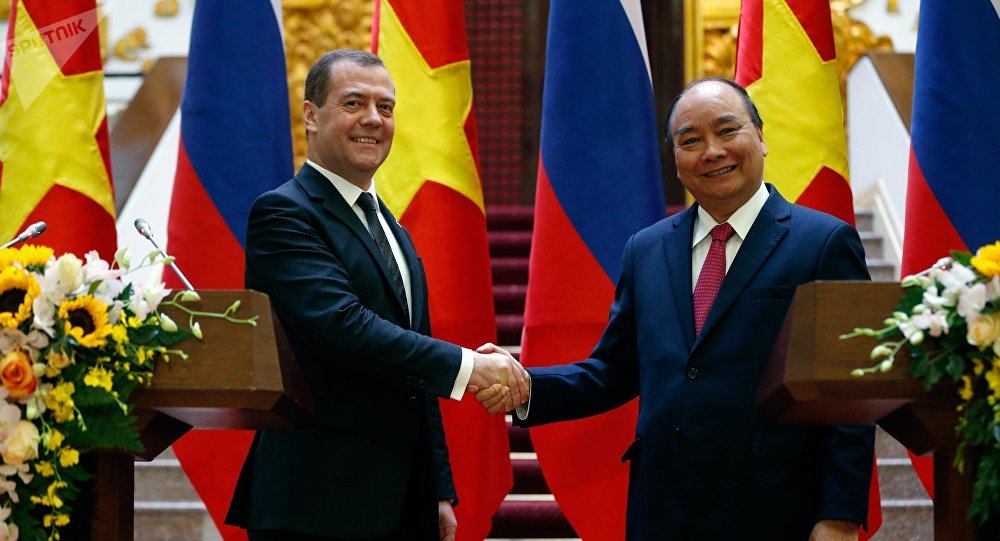 El primer ministro de Rusia, Dmitri Medvédev, y el primer ministro de Vietnam, Nguyen Xuan Phuc
