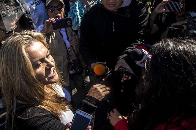 Durante una manifestación en glorieta de Cuauhtémoc, dos mujeres discuten sus posturas contrarias con respecto a la llegada de la caravana migrante