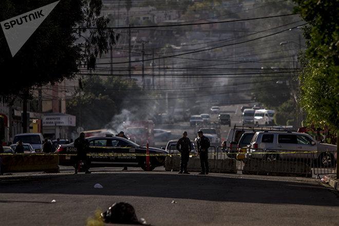 Elementos de la Policía hacen revisiones ilegales a los migrantes que se hospedan en el Deportivo Benito Juárez