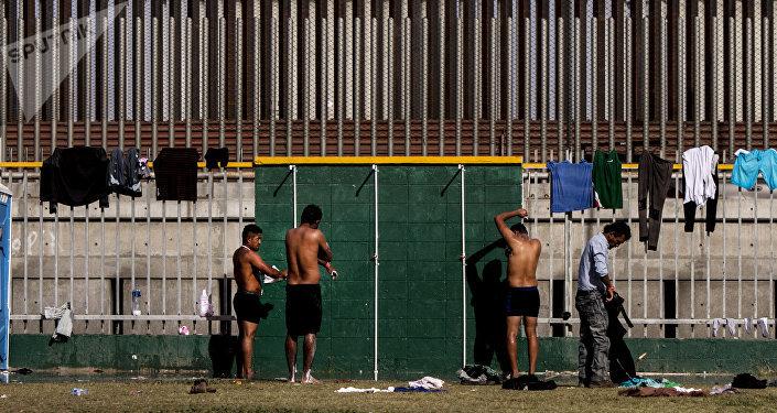 Personas se bañan en el deportivo Benito Juárez