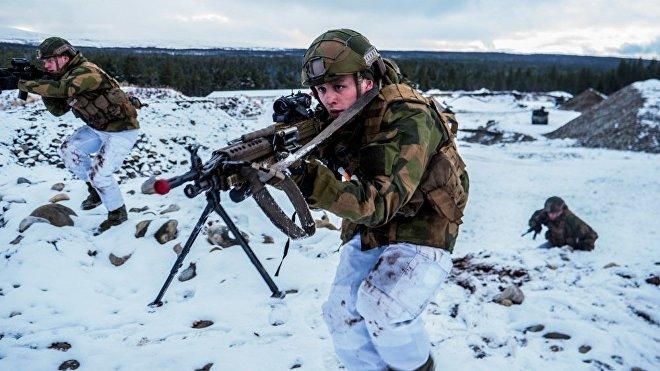 Soldados de la OTAN con chaquetas de verano y pantalones de invierno durante las maniobras maniobras Trident Juncture 2018 en Noruega