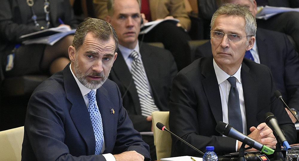 El rey Felipe VI de España y el secretario general de la OTAN, Jens Stoltenberg
