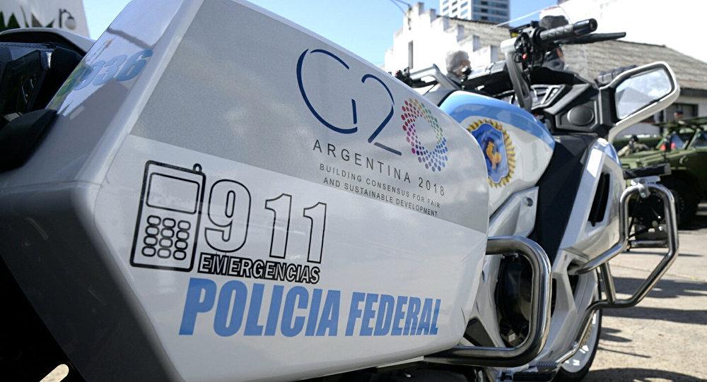 Moto de la Policía Federal argentina con el logo del G20