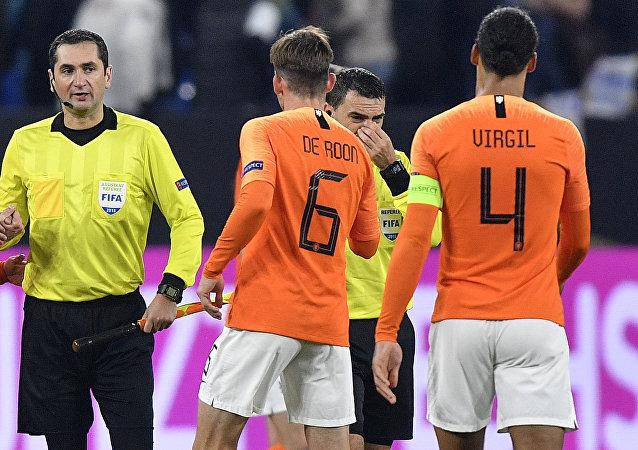 El árbitro rumano Ovidiu Hategan llora