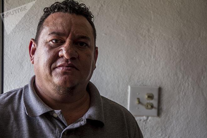 José Aguilar posa para foto en su restaurante Honduras 504
