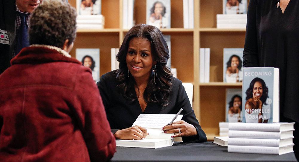 La ex primera dama de EEUU Michelle Obama firma su libro
