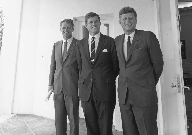 John F. Kennedy junto a sus hermanos