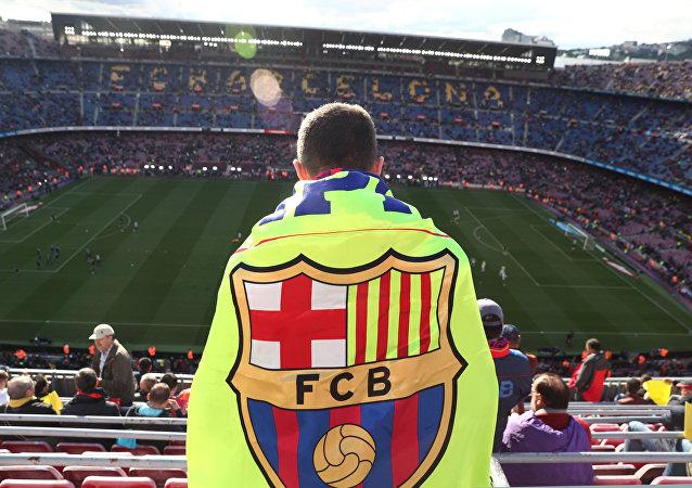 Un hincha con la bandera de FC Barcelona
