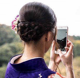 Una joven con un iPhone