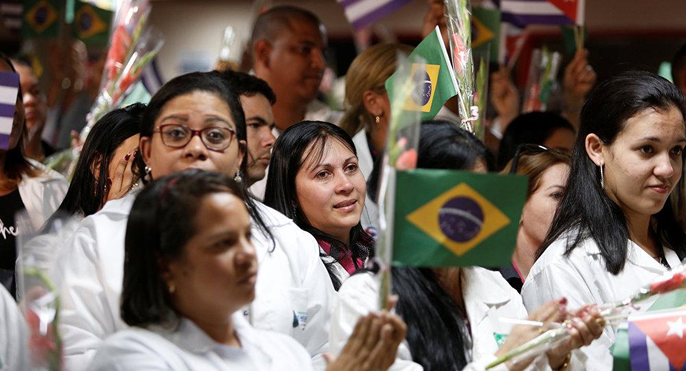 Los médicos cubanos con las banderas de Brasil