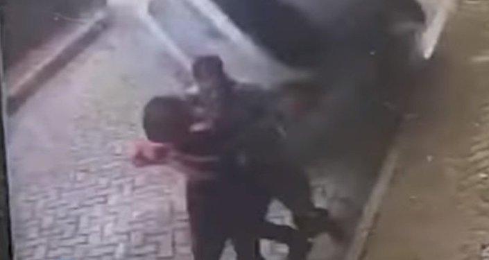 Un hombre salva a su pareja de ser arrollada por un auto volador