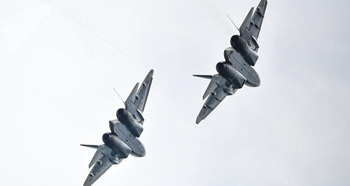 Dos cazas Su-57 vuelan lado a lado (archivo)