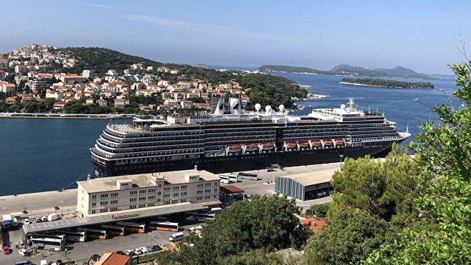 Buque de crucero atracado en la ciudad de Dubrovnik