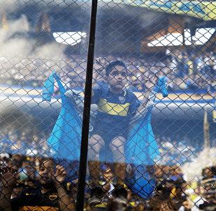 Un joven hincha de Boca Juniors en el partido entre su equipo y River Plate en la final de la Copa Libertadores de América