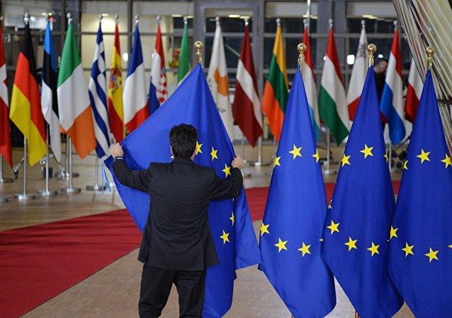 Las banderas de los países de la UE y bandera de la UE en Bruselas