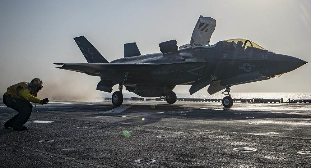 Un F-35B, caza de despegue corto y aterrizaje vertical, en la cubierta de un buque (archivo)