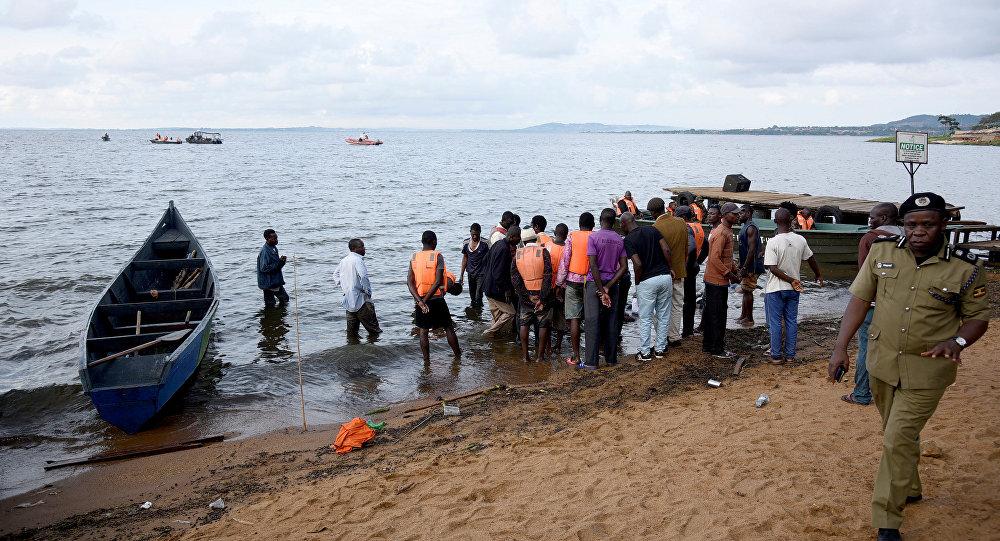 Rescatistas en en el lago Victoria tras naufragio