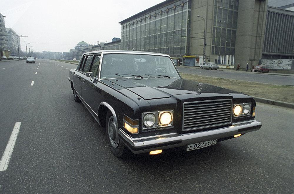 La limusina soviética ZIL-4104 en las calles de Moscú