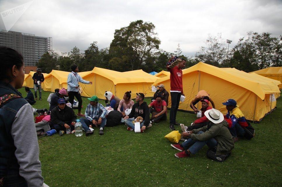 Inmigrantes venezolanos comparten en un albergue humanitario en Bogotá a donde fueron trasladados hace dos semanas. Sin embargo, varios de ellos se quejan de violaciones al manual de convivencia, robos y enfrentamientos por parte de los mismos extranjeros
