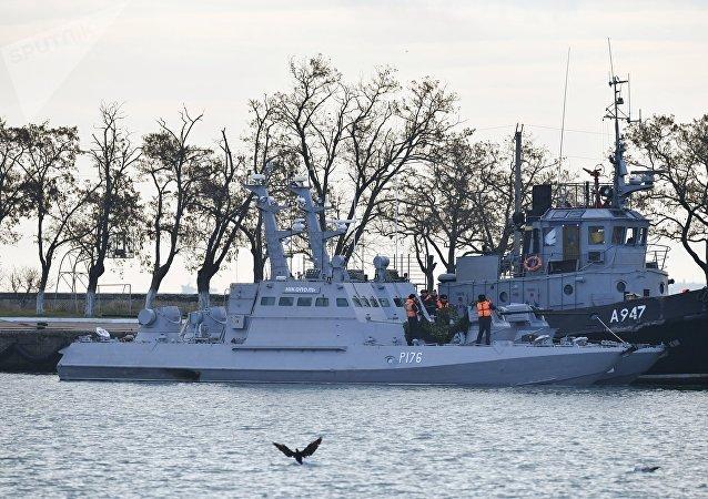 Las naves ucranianas Nikopol y Yani Kapu en el puerto de Kerch