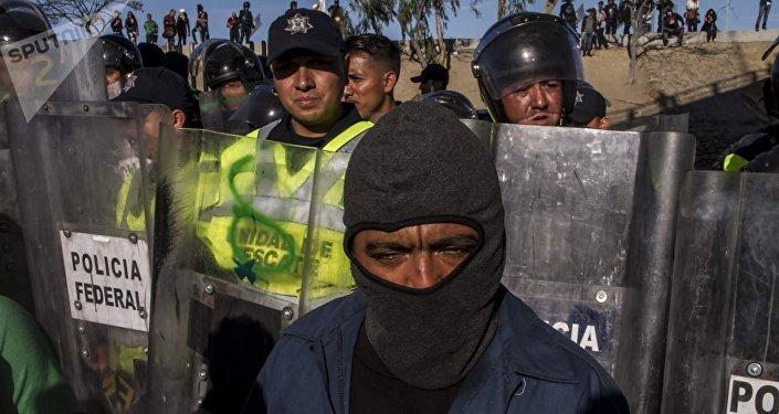 Elementos de la Policía Federal mexicana impiden el paso a un migrante centroamericano