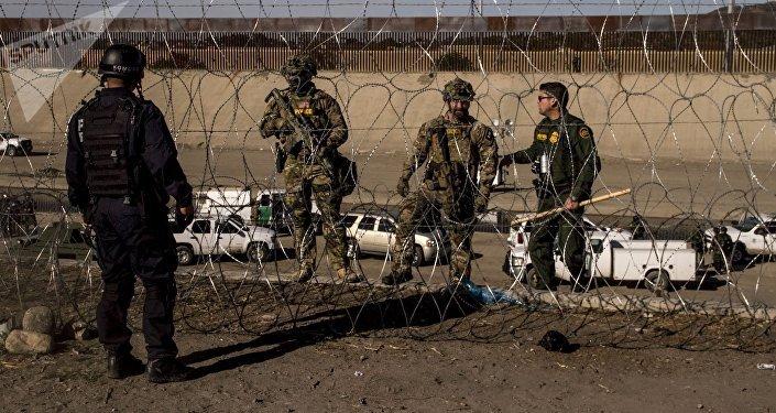 Elemento de la Policía Federal mexicana obedece las órdenes de los agentes de la USBP (border patrol norteamericana)