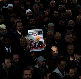 Activistas con una foto y del periodista saudi, Jamal Khashoggi
