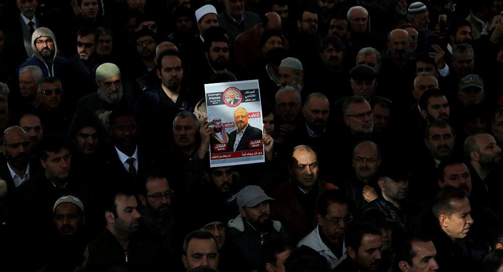 Activistas con una foto del periodista saudi, Jamal Khashoggi