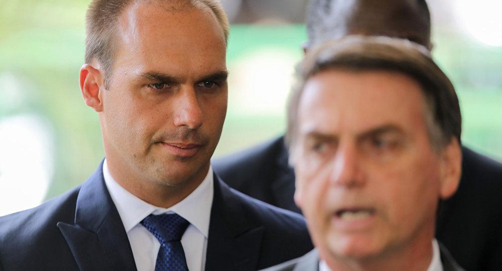 Eduardo Bolsonaro (izquierda), hijo del presidente electo de Brasil, Jair Bolsonaro (derecha)