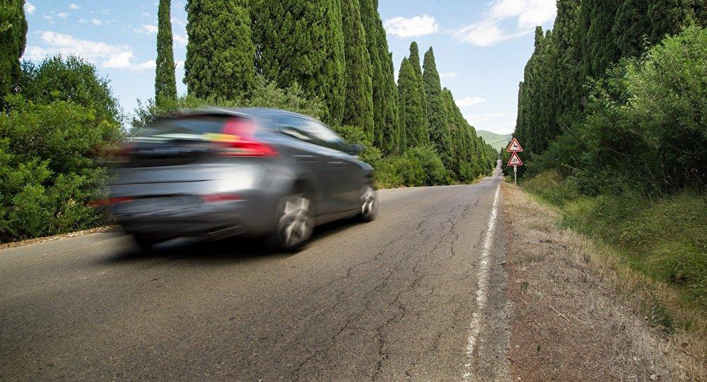 Un coche en la carretera (imagen referencial)