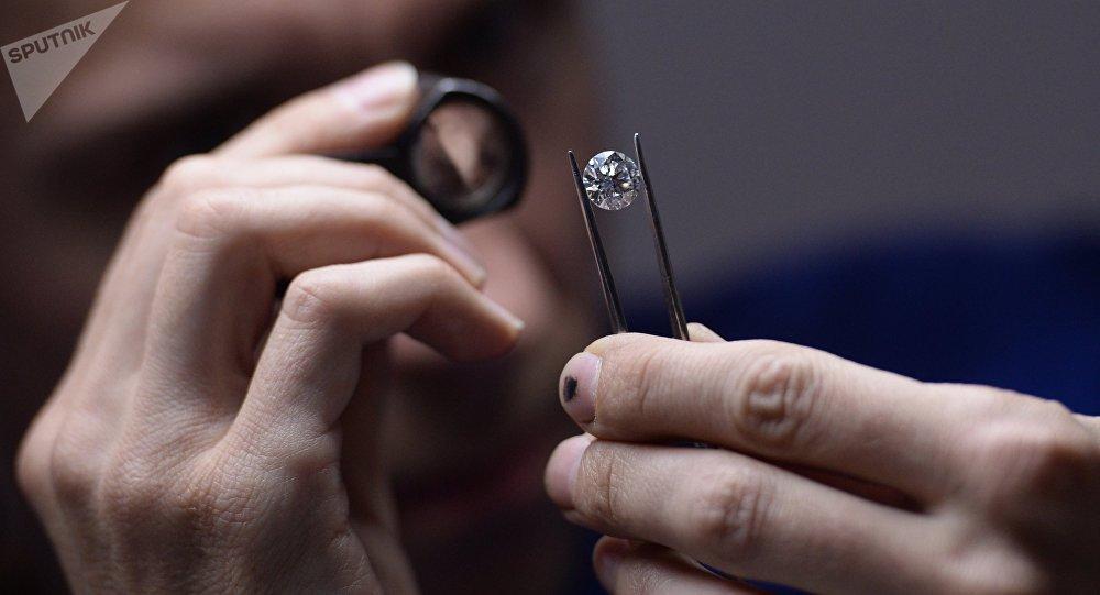 Un experto analiza un diamante
