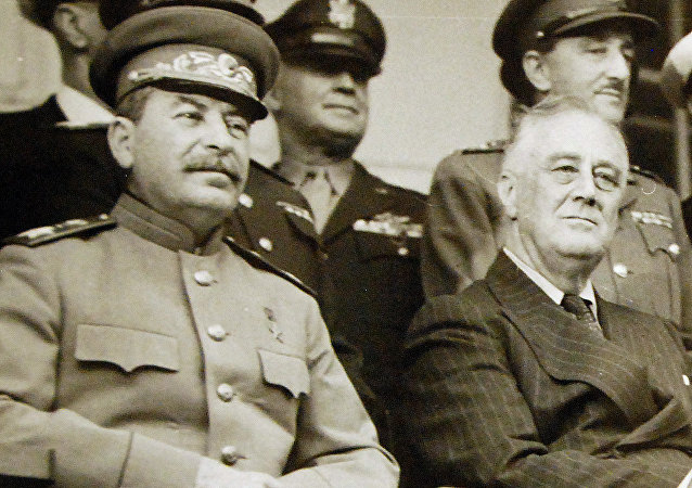 Franklin D. Roosevelt, Winston Churchill e Iósif Stalin en la Conferencia de Teherán