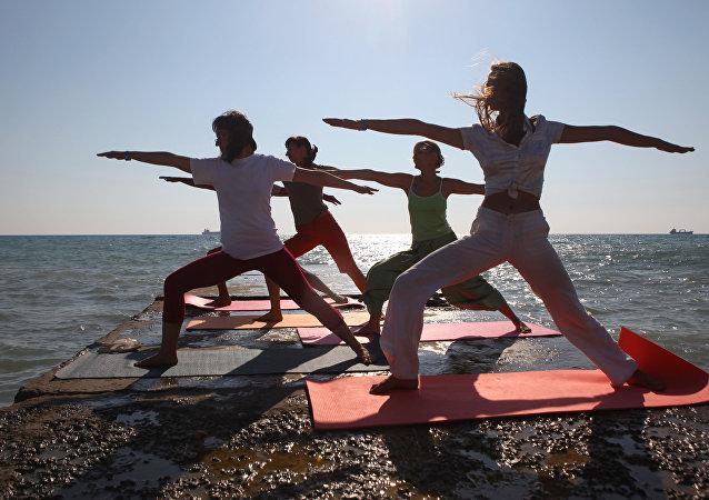 Personas practican yoga