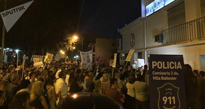Manifestantes piden justicia frente a la comisaría