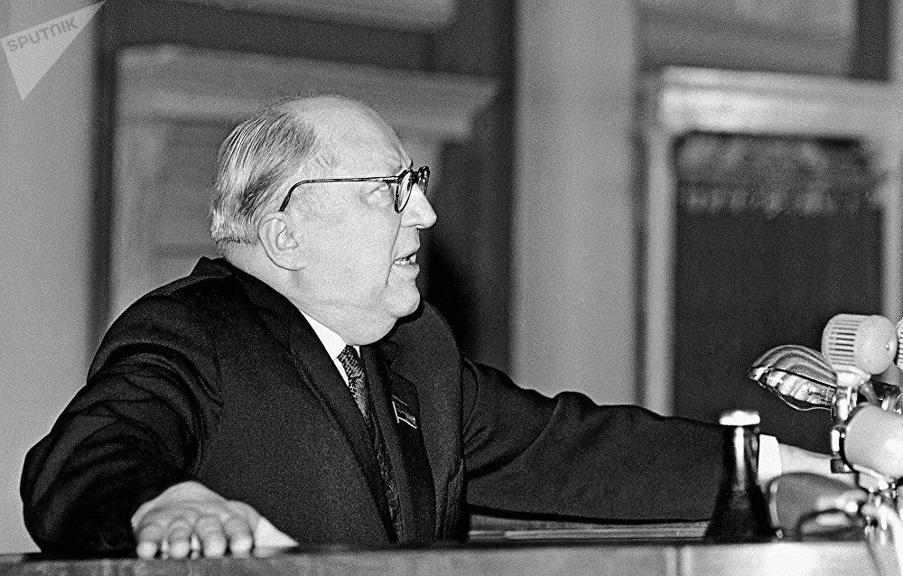 Román Rudenko en una conferencia de prensa (1965)