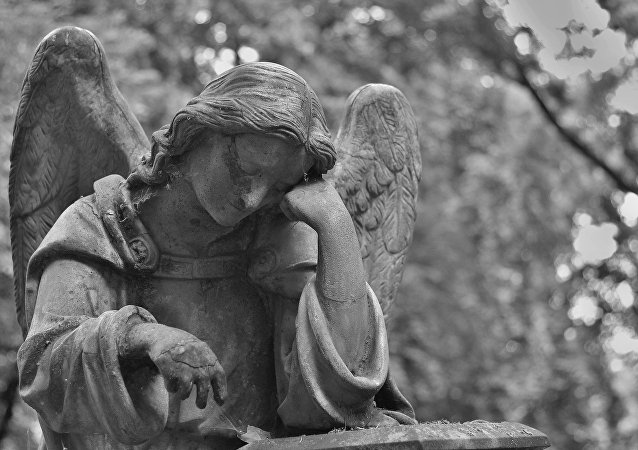 Una estatua de ángel en un cementerio