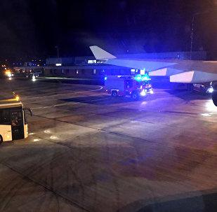 Automóvil de bomberos visto desde el avión de Angela Merkel en el aeropuero de Colonia