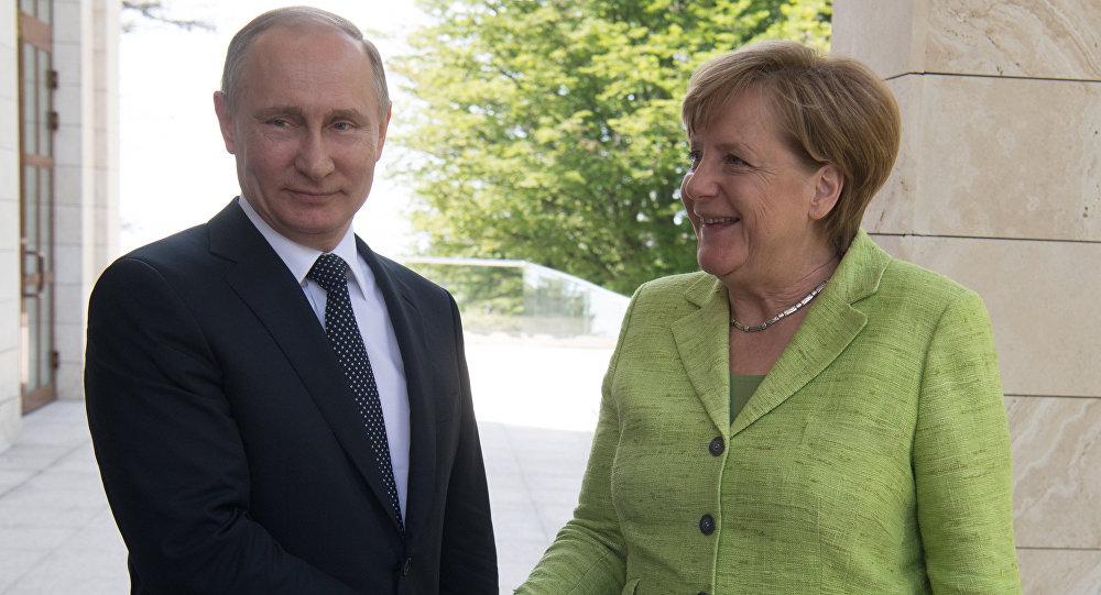 Vladímir Putin, presidente de Rusia y la canciller de Alemania, Angela Merkel