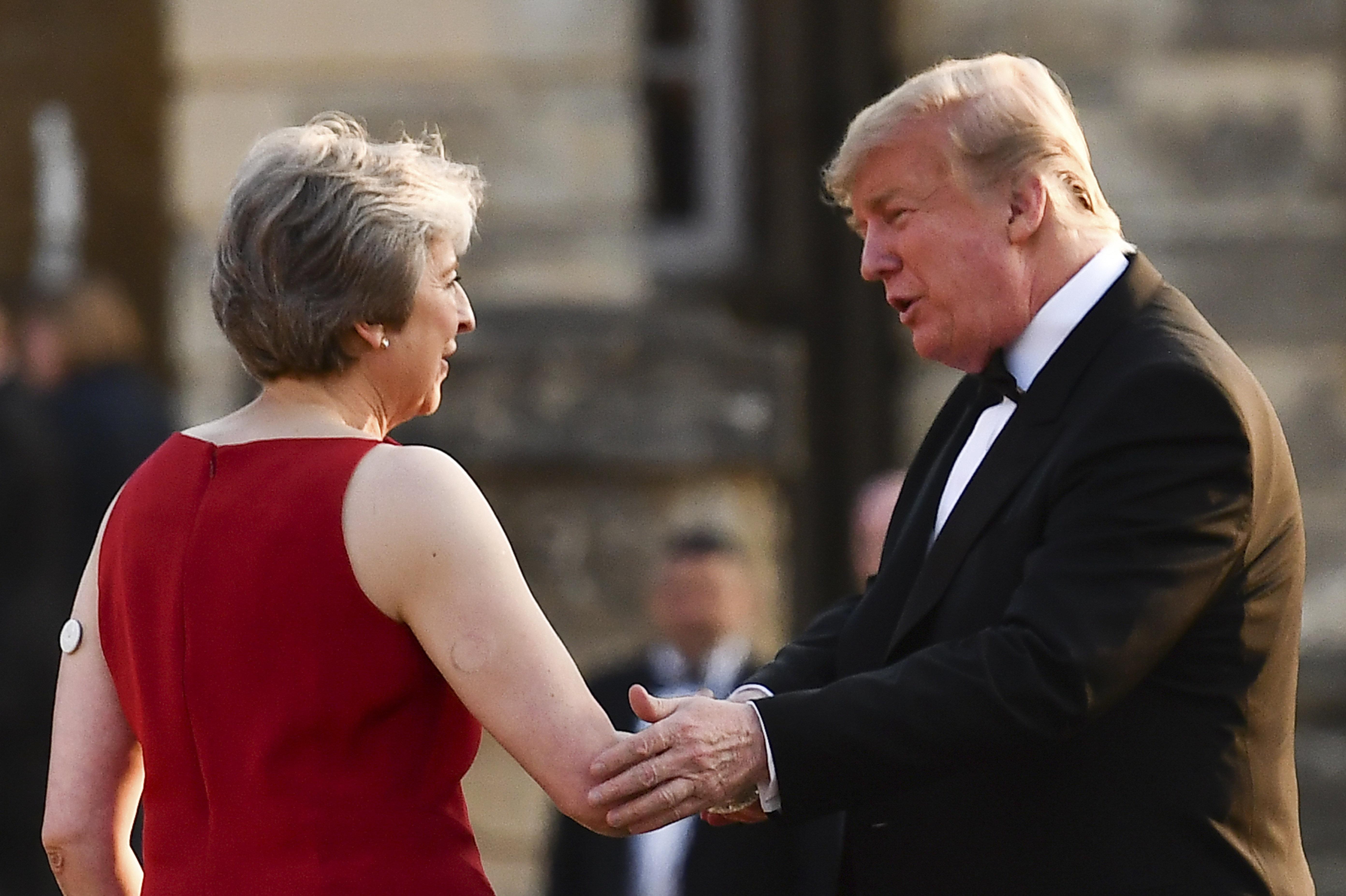 El botón blanco de Theresa May fue visto en julio cuando recibió en Londres a Donald Trump
