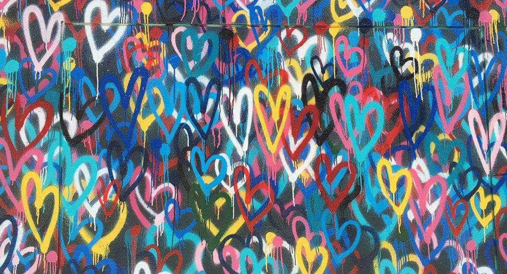 Los corazones pintados en la pared
