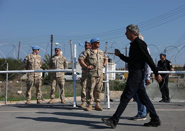 El cruce de Dherynia bajo la supervisión de los pacificadores de la ONU. Separa la República de Chipre y la autoproclamada República Turca del Norte de Chipre.