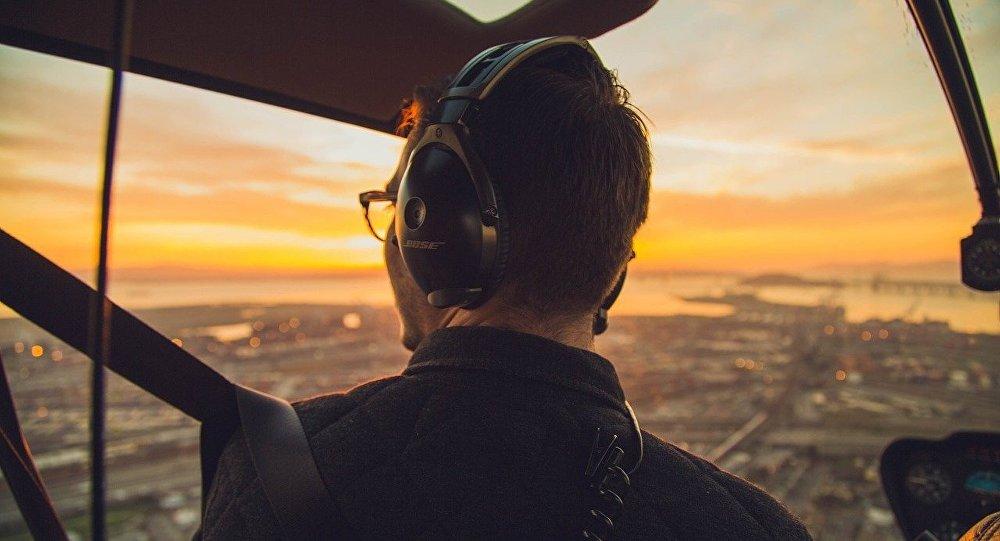 Un hombre monta un helicóptero (imagen referencial)