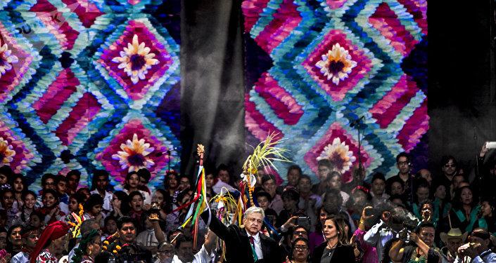 Andrés Manuel López Obrador y su cónyugue Beatriz Gutiérrez Müller durante su primer discurso como presidente de los Estados Unidos Mexicanos en el Zócalo capitalino