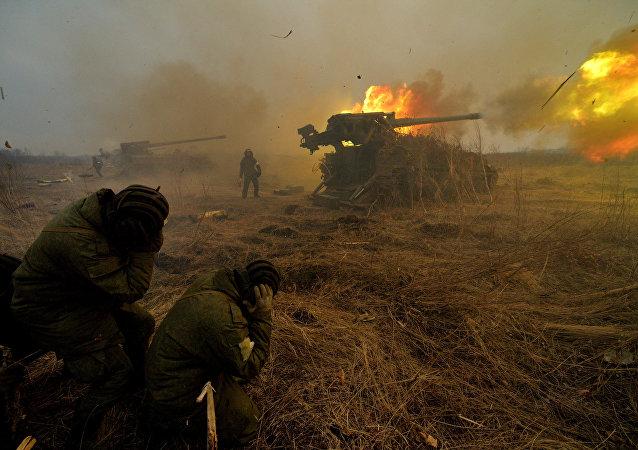 El fuego de una pieza de artillería rusa