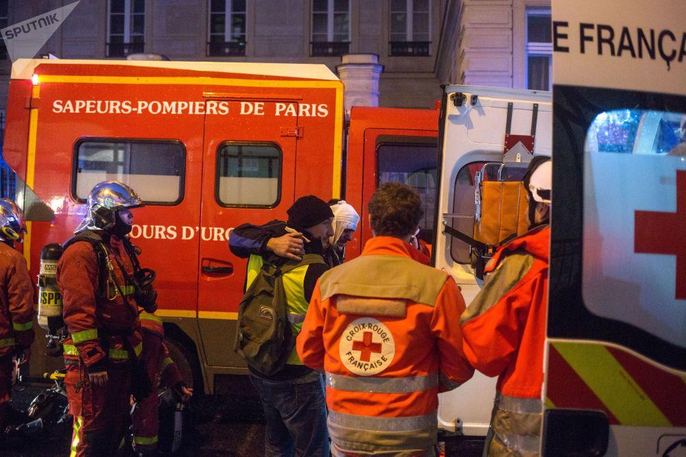 Fuego, enfrentamientos y caos: así defienden sus derechos en París los 'chalecos amarillos'