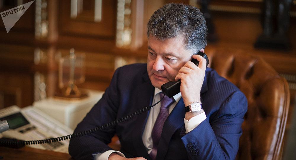 Petró Poroshenko, presidente de Ucrania, hablando por teléfono