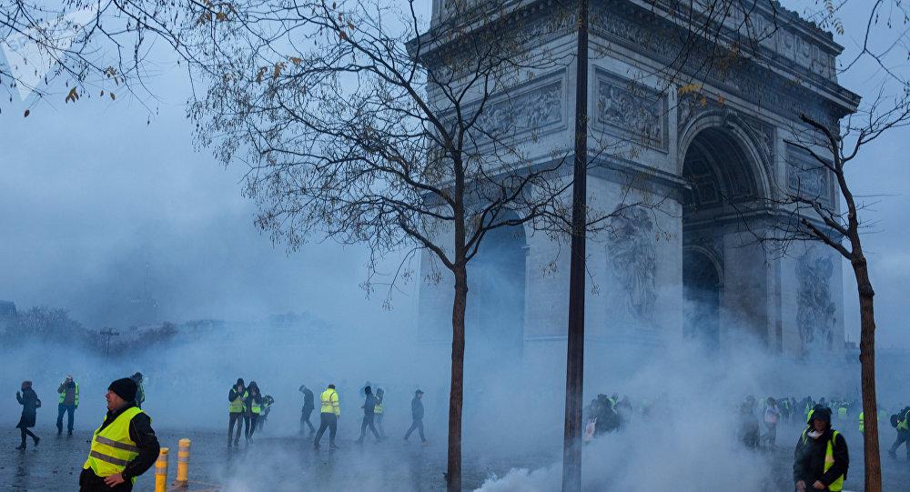 Protestas de los 'chalecos amarillos' cerca del Arco del Triunfo en París, Francia