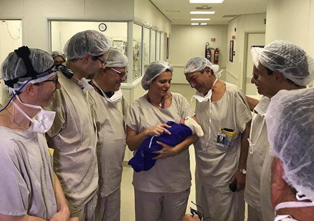 La primera niña fruto del útero transplantado de una mujer ya fallecida