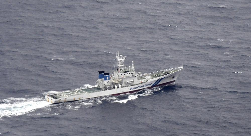 Un barco japonés en las aguas sobre las cuales tuvo lugar el choque de aviones