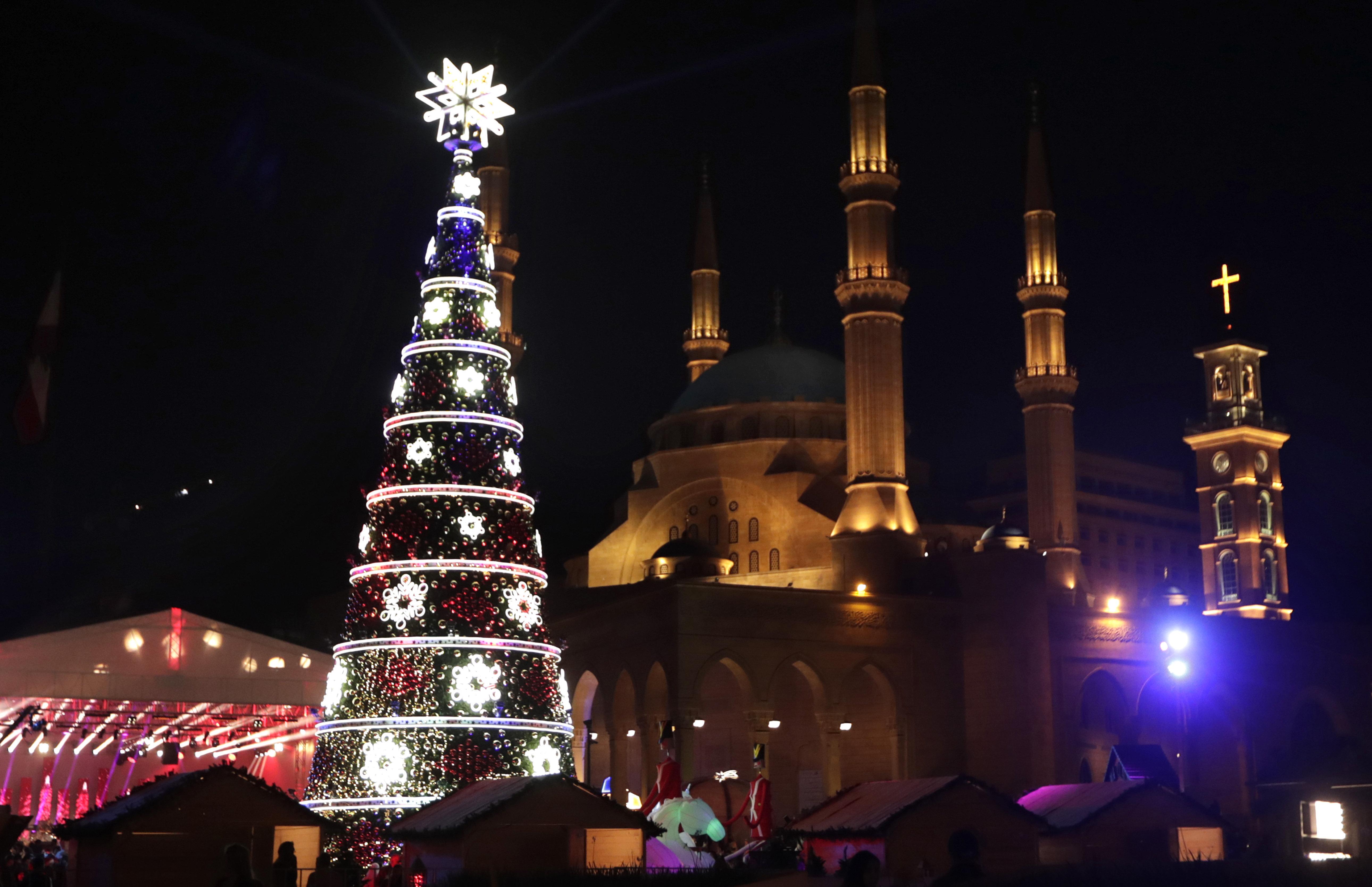 Árbol de Navidad frente a la mezquita Mohammad al-Amin  y la Iglesia de San Jorge en la capital de Líbano, Beirut